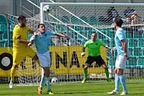Fotbalisté Chomutova (v modrém), odvrací jeden z útoků Neratovic.