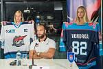 Michal Vondrka s hosteskami a novými dresy Pirátů