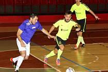 Snímek zachycuje moment z utkání 1. zimní futsalové ligy mezi týmy Jablíčka Chomutov (zelení) –Sport Bar Galaxie. Jablíčka Chomutov vyhrála 4:1.
