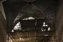 Restaurátorské práce v chrámu františkánského kláštera.