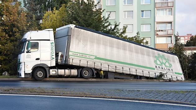 Na objezdu mezi chomutovským sídlištěm Písečná a Baumaxem vyprošťovali náklaďák.