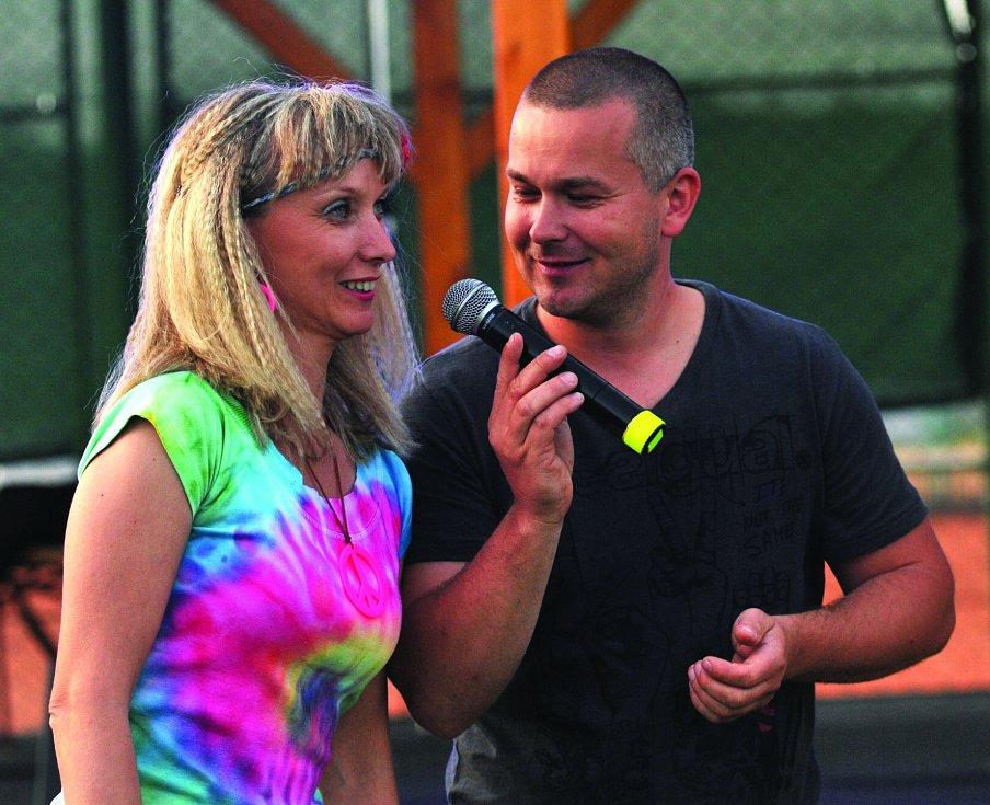 Tanečnice Stardance s moderátorem Jirkou Formánkem.