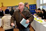 Ještě před 14 hodinou se v Údlicích na Chomutovsku tvořily fronty, na otevření volební místnosti čekala asi desítka občanů.