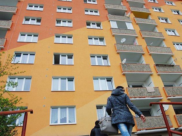 Panelák v Borové ulici vypadá jako každý jiný: pěkná fasáda, nová okna i střecha. Uvnitř je to ale o něčem jiném
