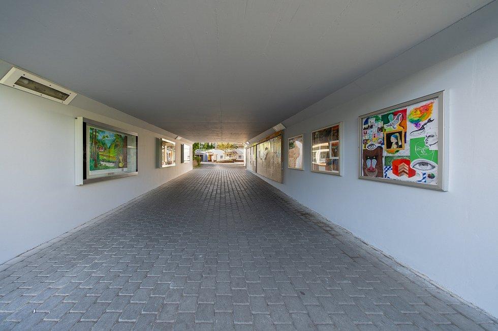 Veselejší a živější vzhled mají podchody pro kruhovým objezdem v centru Chomutova, kde vznikly výstavní prostory.