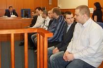 OSM obžalovaných fanoušků si včera vyslechlo výpovědi svědků, mezi nimi i tu generálního manažera Jaroslava Veverky. O svém osudu však jasno stále nemají. Soud svůj verdikt včera nevynesl. Znám by mohl být na příštím či přespříštím jednání.