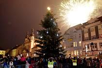 Strom na centrální náměstí 1. máje městu věnovali manželé Palusovi, jejich syn Martin asistoval primátorovi u křtin nástěnného kalendáře Chomutova na rok 2015. Mohutný ohňostroj lidé ocenili uznalým potleskem.