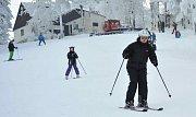 Lyžaři si užívají sněhové nadílky.