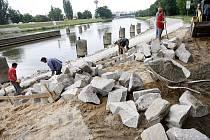 Stavění koryto řeky - ilustrační foto.