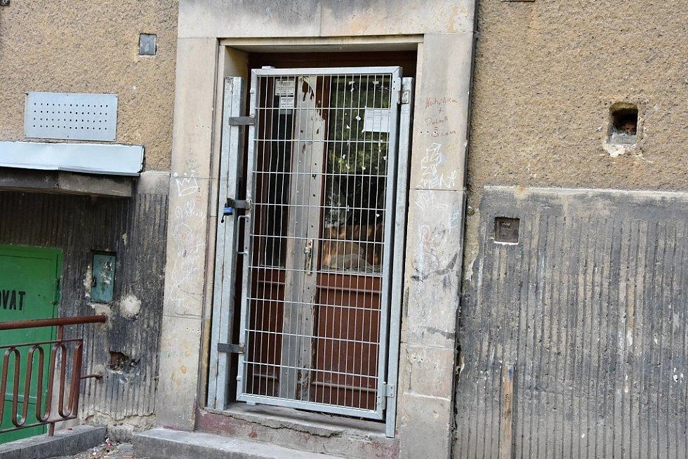 Dům v jirkovské ulici K. H. Máchy je prázdný. A také zamřížovaný, aby se dovnitř nedostali vandalové.