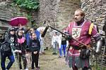 Středověké zbraně školákům představil Jiří Šnábl.