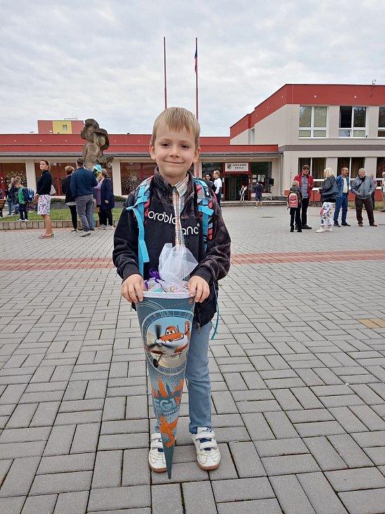 Petřík Kubů šel do první třídy v Chomutově. Kromě rodičů mu drží palce i bráška Pavlík, kterého nástup do první třídy teprve čeká.