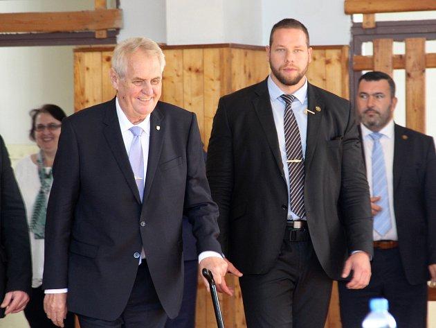 Prezident Miloš Zeman navštívil chomutovské středoškoláky.