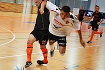 Z utkání FC Betis Kadaň - Combix Ústí nad Labem, hráč Betisu v bílém