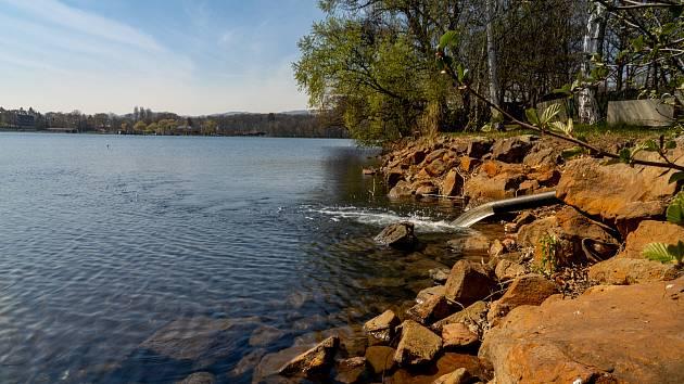 Chomutov začal ve středu 28. dubna dopouštět Kamencové jezero vodou z Podkrušnohorského přivaděče