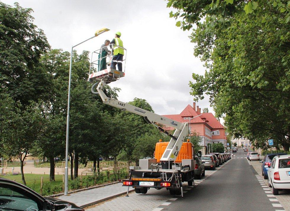 Nové designové kryty už zdobí lampy na náměstí T. G. Masaryka v centru Chomutova.