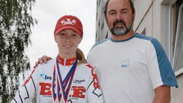 MARTINA MIKULÁŠKOVÁ se spolu se svým trenérem Milanem Chrobákem připravila na závěr silniční cyklistické sezony výborně. Na mistrovství České republiky v Lanškrouně se totiž zúčastnila tří závodů a ve všech z nich vybojovala stříbrné medaile!