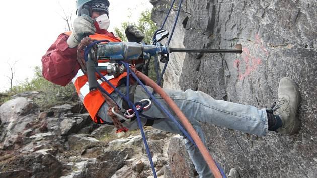 Petr Pešek při práci na skalním masivu.