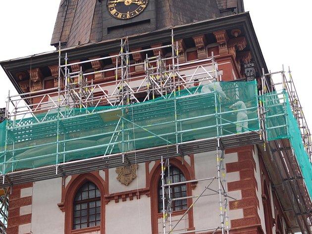 Městská věž v Chomutově je zahalená v lešení.
