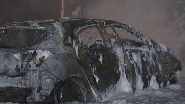Auto, ve kterém jely ženy s dětmi, vypadalo po nehodě jako vrak. Po nárazu do kamionu totiž začalo hořet.