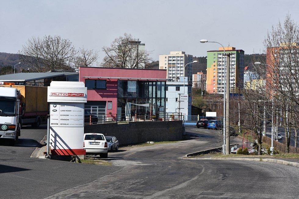 Území, kde by mohla vyrůst moderní nádražní hala. Opustit by ho museli podnikatelé včetně společnosti Auto Nagy na snímku.