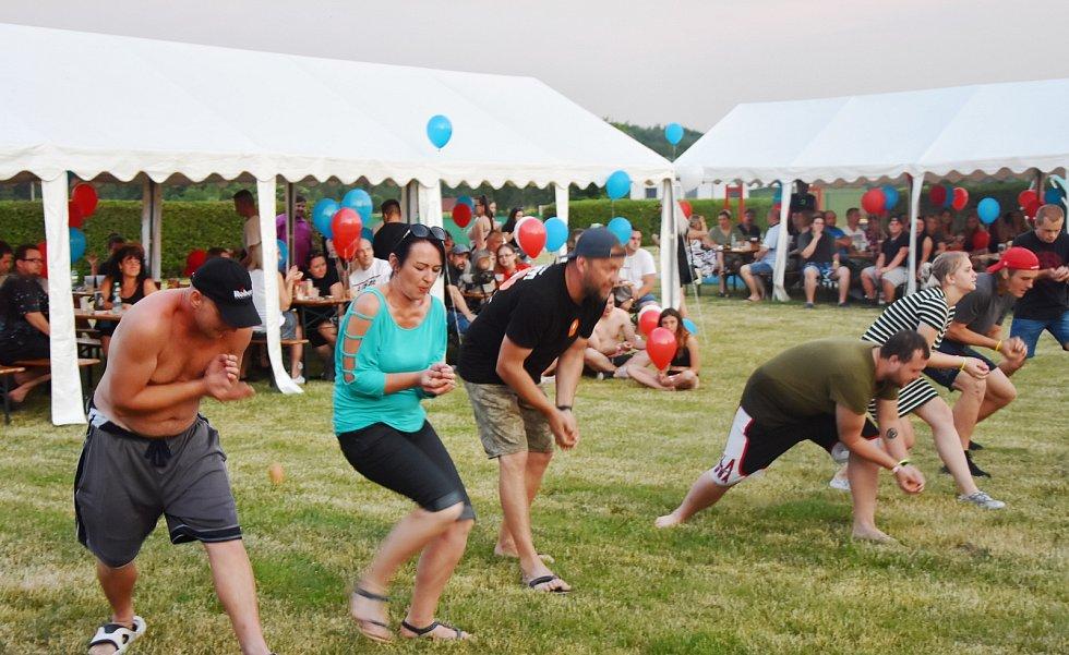 Vzduchem létala vejce. Šlo o soutěžní disciplínu, jejíž vítězové získali roční vstup do bazénu.