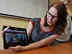 Monika Hajnová, která působí v Tichém světě jako odborná konzultantka, ukázala jak se online spojit s tlumočnicí znakové řeči.