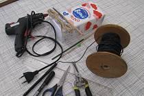 Se Střediskem volného času Domeček v Chomutově si můžete vyrobit krmítko.