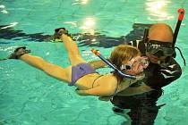 V Aquasvětě v Chomutově učili potápěči děti šnorchlovat