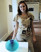 Na snímku Markéta Šestáková u oblíbené optické vázy.