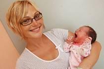 Monika Švaříčková z Chomutova se směje na svoji plačící dcerku Ditu, která se narodila 25. června v 10.36 hodin. Malá měřila 49 centimetrů a vážila 3,15 kilogramu.