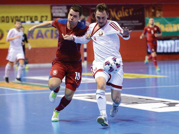 Už příští týden se rozhodne o tom, zda naše futsalová reprezentace (v červeném) bude hrát příští rok na MS v Kolumbii. Stane se tak před zraky fanoušků v hale v Chomutově.