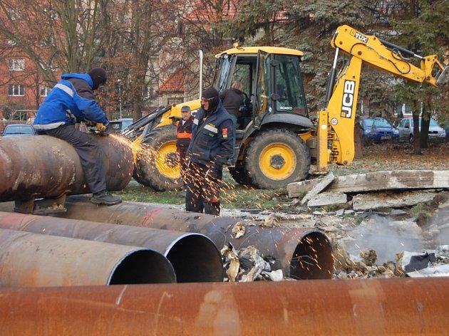 Práce na opravě horkovodu ukřižovatky Blatenské ulice sCihlářskou vChomutově.