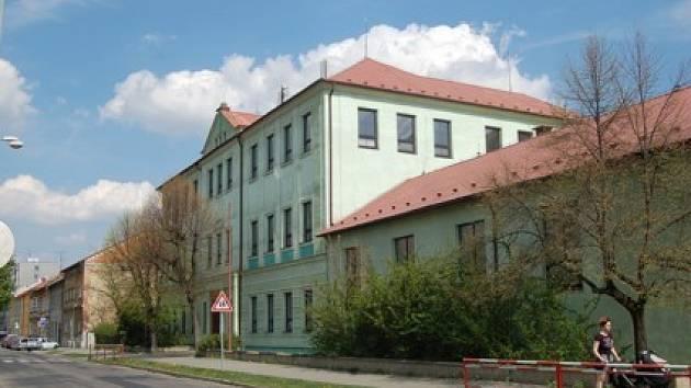 Budova bývalé školy v Husově ulici v Chomutově.