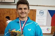 Úspěšný chomutovský vzpěrač Tomáš Kobza na stupních vítězů při přebírání ocenění.