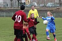 Ervěnické fotbalistky (v červeném) zdolaly Baník Souš 3:0.
