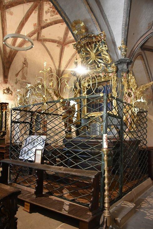 Oltář Čtrnácti sv. pomocníků u pilíře kostela, který je nejdůležitějším duchovním místem v celém klášteře.
