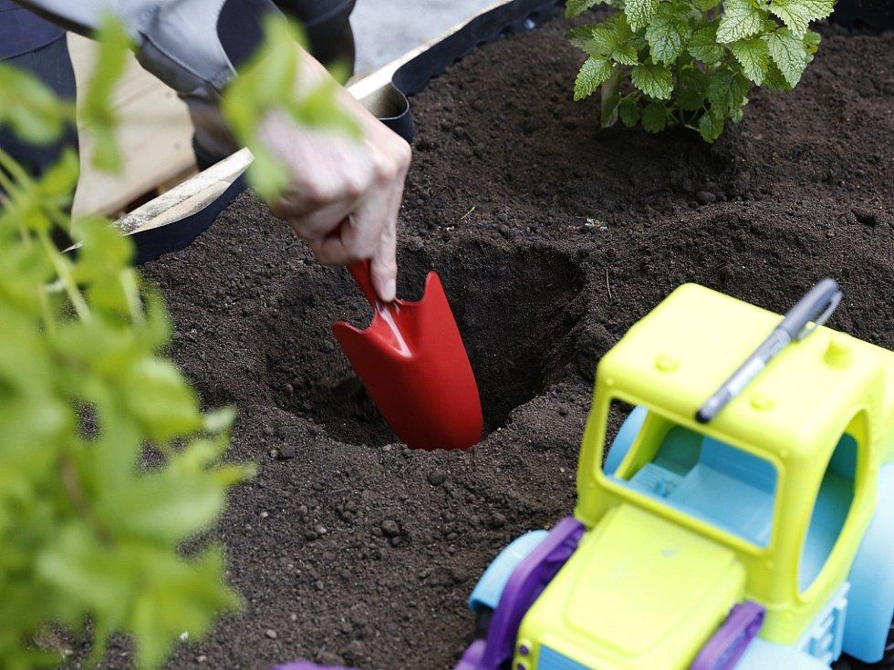 Zakládání komunitní zahrady v pražských Nuslích. Ilustrační foto