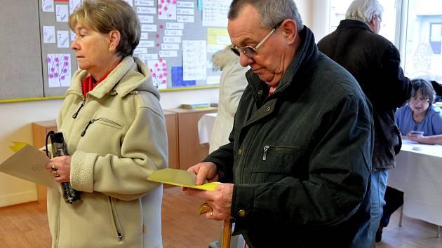 Za první hodinu odvolilo ve volební místnosti na chomutovské základní škole Hornická nejméně sto lidí.