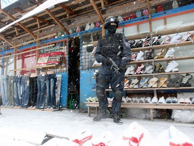 Speciální skupina celníků obsadila tržnici na Hoře Svatého Šebestiána na Chomutovsku.