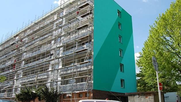 Stavebníci pilně pracují také na fasádě jednoho z domů na Březenecké. Jeho obyvatelé se shodli na dvou odstínech zelené protože je příjemná a uklidňující, jak odůvodnila paní Dana Lellierová, která tu bydlí.