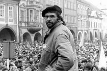 STÁVKA. Jeden z aktivistů Jindra Marek na pódiu chomutovského náměstí, které je zaplněné lidmi. Jde o generální stávku, která proběhla 27. listopadu 1989.
