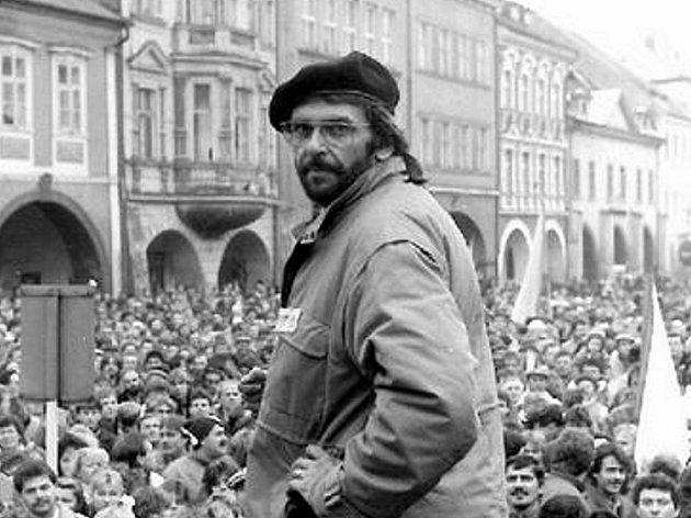 STÁVKA. Jeden zaktivistů Jindra Marek na pódiu chomutovského náměstí, které je zaplněné lidmi. Jde ogenerální stávku, která proběhla 27.listopadu 1989.