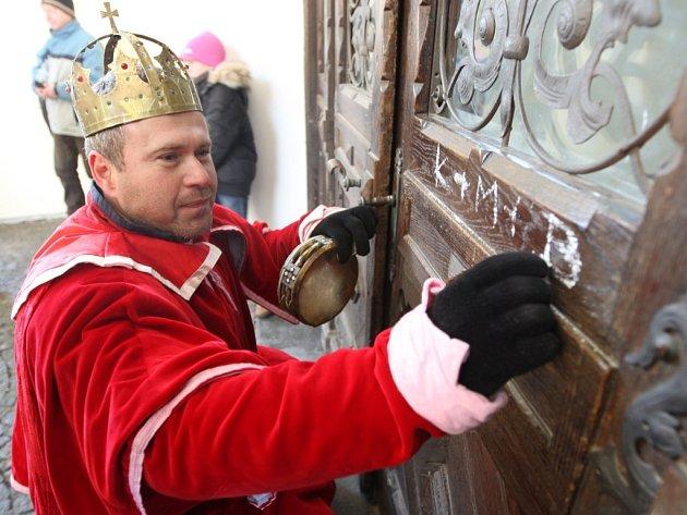 Tři králové vepsali své iniciály na zárubně dveří.