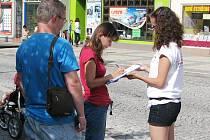 Jste pro přímou volbu prezidenta, hejtmanů a starostů? Podpisy pod petici sbírali včera stoupenci Strany Práv Občanů Zemanovci v centru Chomutova, okolo náměstí 1. máje. Řada lidí podepsala, řada se vyhýbala, někteří diskutovali.