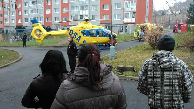 Vrtulník přistál přímo uprostřed sídliště.
