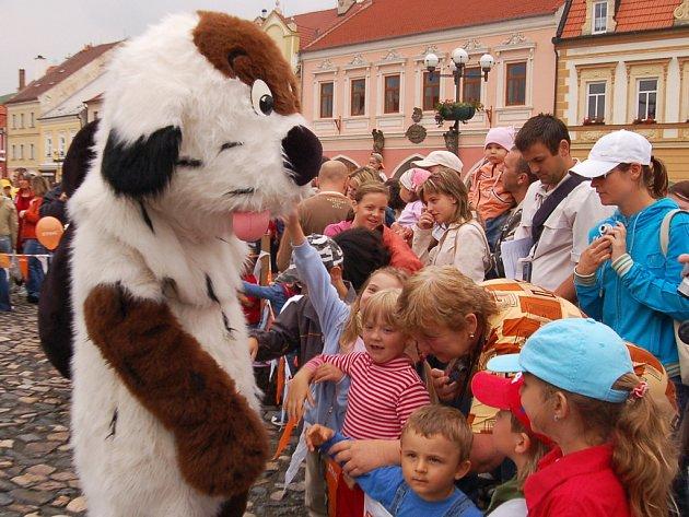 Maskot Kadaně - Maxipes Fík v obležení dětí.