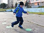 Pětiletý Filípek Kopta si na malované hřiště na chomutovském sídlišti Zahradní chodí hrát se školkou. Tentokrát tam zašel s maminkou.