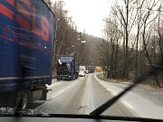 Kamiony se štosují na náledí u Klášterce