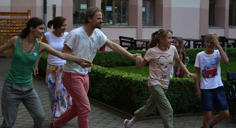 Festival Obnaženi se rozloučil tancem. Diváky vtáhl doslova do děje.